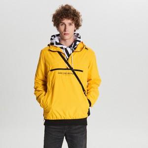 Żółta kurtka Cropp w młodzieżowym stylu