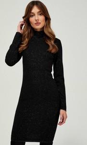 Czarna sukienka Moodo z długim rękawem z golfem dopasowana