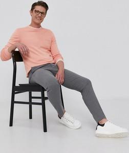 Różowy sweter Guess w stylu casual