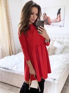 Czerwona sukienka magmac.pl z okrągłym dekoltem oversize z długim rękawem