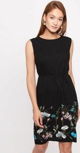 Czarna sukienka QUIOSQUE z okrągłym dekoltem mini bez rękawów