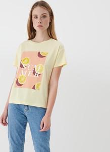 Żółty t-shirt Mohito z okrągłym dekoltem z nadrukiem