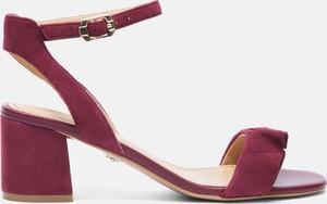 Czerwone sandały Kazar z klamrami na obcasie