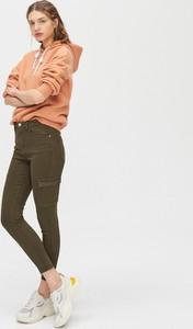 Zielone jeansy Cropp w street stylu