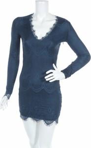 Niebieska sukienka Rebecca Stella z dekoltem w kształcie litery v z długim rękawem