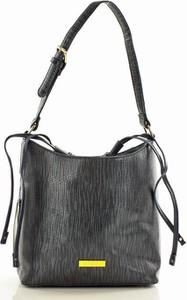 Czarna torebka Merg w wakacyjnym stylu