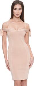Różowa sukienka Guess dopasowana z krótkim rękawem