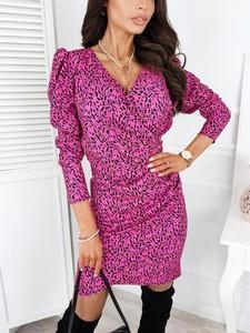 Różowa sukienka Infinityfashion.pl w stylu casual mini z dekoltem w kształcie litery v