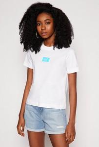 T-shirt Calvin Klein z okrągłym dekoltem z krótkim rękawem w młodzieżowym stylu