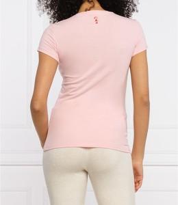 Różowy t-shirt Guess z krótkim rękawem w stylu casual z okrągłym dekoltem