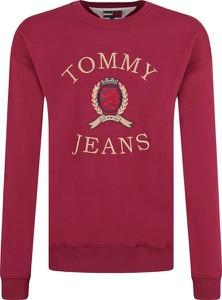 Czerwona bluza Tommy Jeans w młodzieżowym stylu