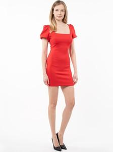 Czerwona sukienka Guess z krótkim rękawem