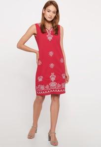 Różowa sukienka QUIOSQUE z dekoltem w kształcie litery v mini bez rękawów