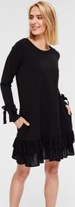 Czarna sukienka Diverse z długim rękawem z okrągłym dekoltem