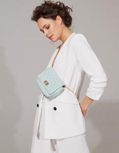 Niebieska torebka Mohito średnia pikowana na ramię