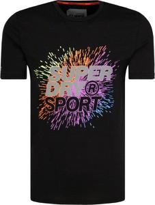 T-shirt Superdry z tkaniny w młodzieżowym stylu