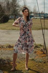 Sukienka Oscar Fashion midi z dekoltem w kształcie litery v z szyfonu