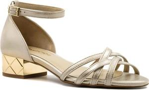 Złote sandały Neścior na obcasie ze skóry na niskim obcasie