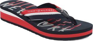 29fd984e5feeb Niebieskie klapki Tommy Hilfiger na koturnie