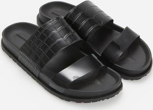 Czarne klapki Reserved z płaską podeszwą w stylu casual
