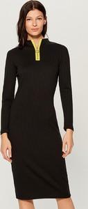 Czarna sukienka Mohito z długim rękawem w stylu casual z okrągłym dekoltem