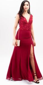 Czerwona sukienka Butik Ecru z dekoltem w kształcie litery v dla puszystych