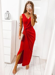 Czerwona sukienka Pakuten z dekoltem w kształcie litery v dopasowana maxi
