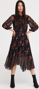Sukienka Reserved z długim rękawem asymetryczna z żabotem