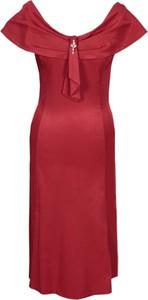 Czerwona sukienka Fokus z okrągłym dekoltem rozkloszowana midi