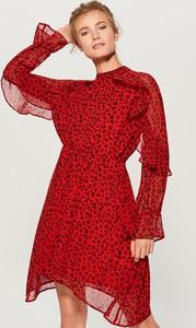 Czerwona sukienka Mohito z okrągłym dekoltem