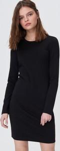 Czarna sukienka Sinsay dopasowana w stylu casual z okrągłym dekoltem