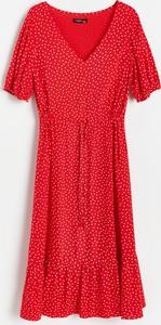 Czerwona sukienka Reserved z dekoltem w kształcie litery v z krótkim rękawem