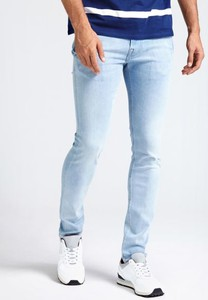 Jeansy Guess z jeansu w street stylu