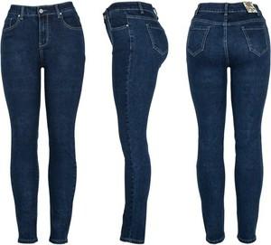 Granatowe jeansy Royalfashion.pl w street stylu