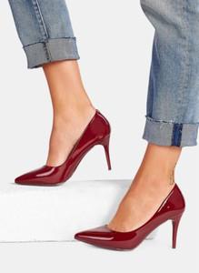 Czerwone szpilki DeeZee w stylu glamour ze spiczastym noskiem na szpilce