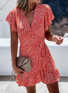 Czerwona sukienka Kendallme z dekoltem w kształcie litery v w stylu casual z krótkim rękawem