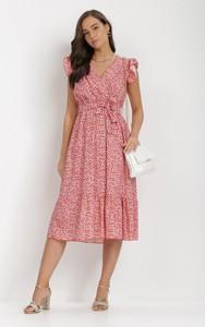 Różowa sukienka born2be midi trapezowa z krótkim rękawem