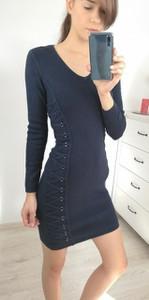 Sukienka Nefresca z dekoltem w kształcie litery v z wełny midi