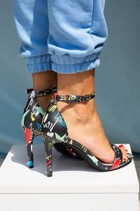 Sandały Casu w stylu klasycznym na wysokim obcasie z klamrami