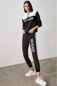 Czarny dres Trendyol z bawełny