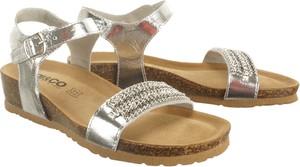 Sandały Igi & Co ze skóry na koturnie na niskim obcasie