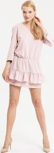 Różowa sukienka Diverse w street stylu