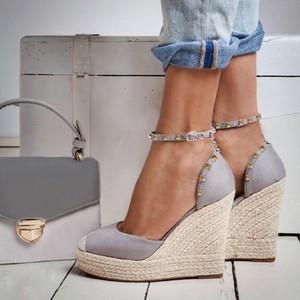 765d783f Szare buty na koturnie z klamrami, kolekcja wiosna 2019